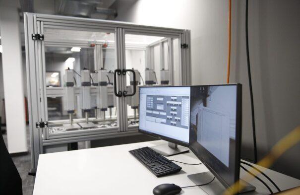 Prüfstand für Sitzpolsterung der VISPIRON SYSTEMS GmbH